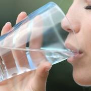 Eine Frau trinkt Wasser